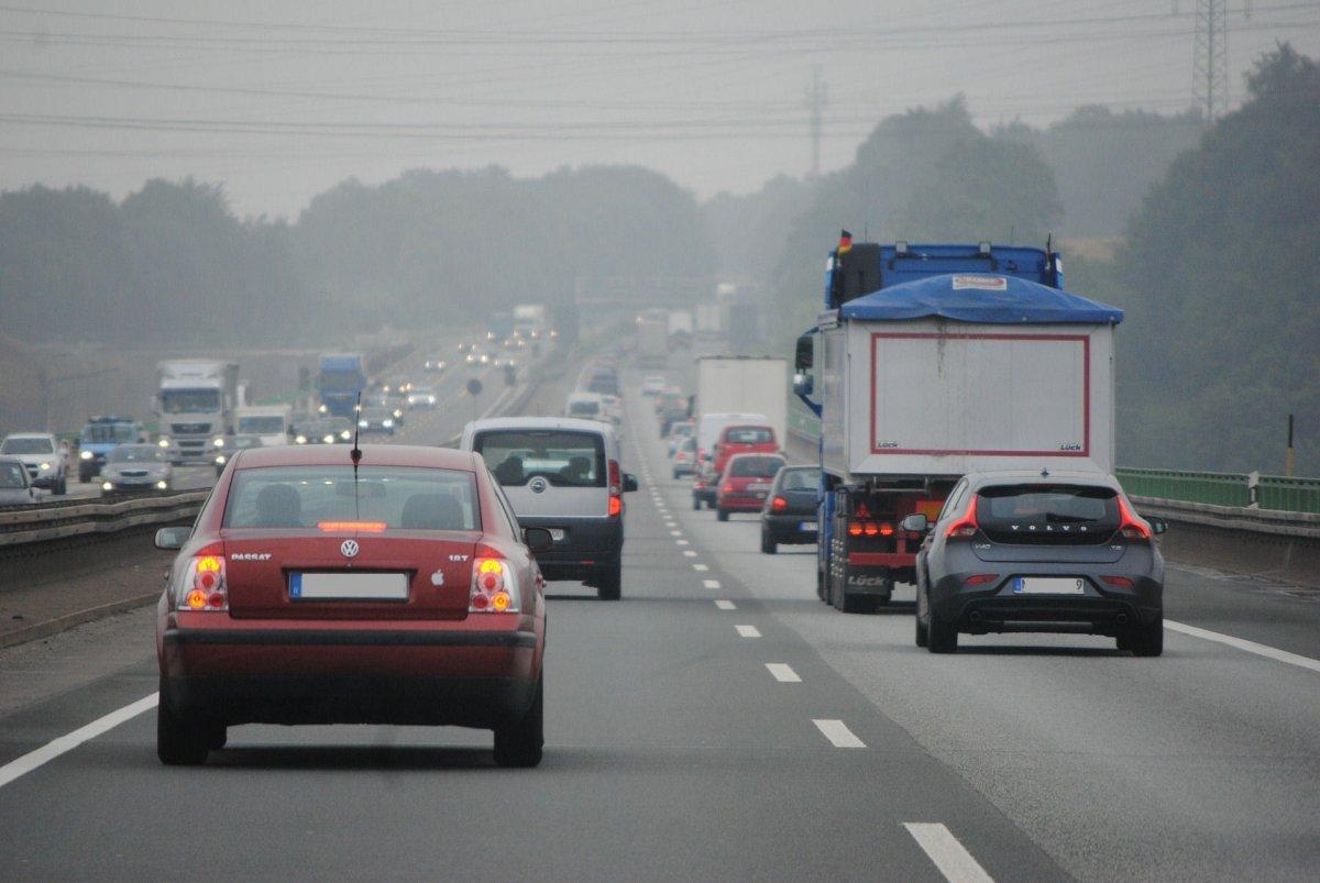 Bundestag lehnt Tempolimit 130 auf Autobahnen und Nulltarif im ÖPNV ab