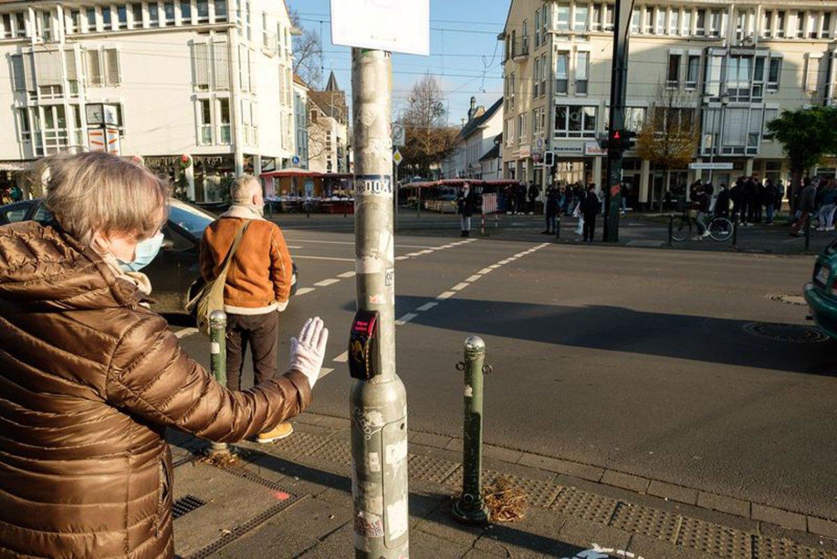 Düsseldorfer Fußgänger bekommen berührungslosen Ampeltaster