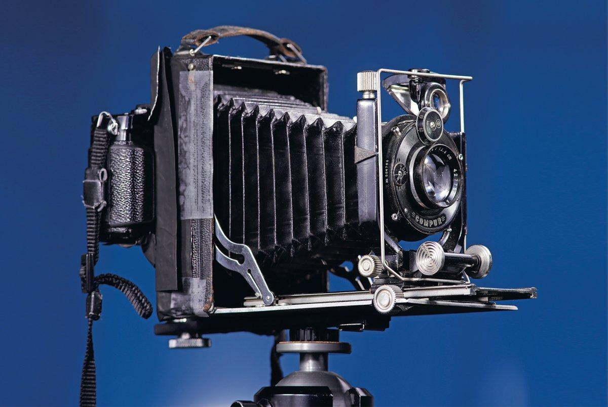 DIY: Alte Großformatkamera mit spiegelloser Systemkamera kombinieren