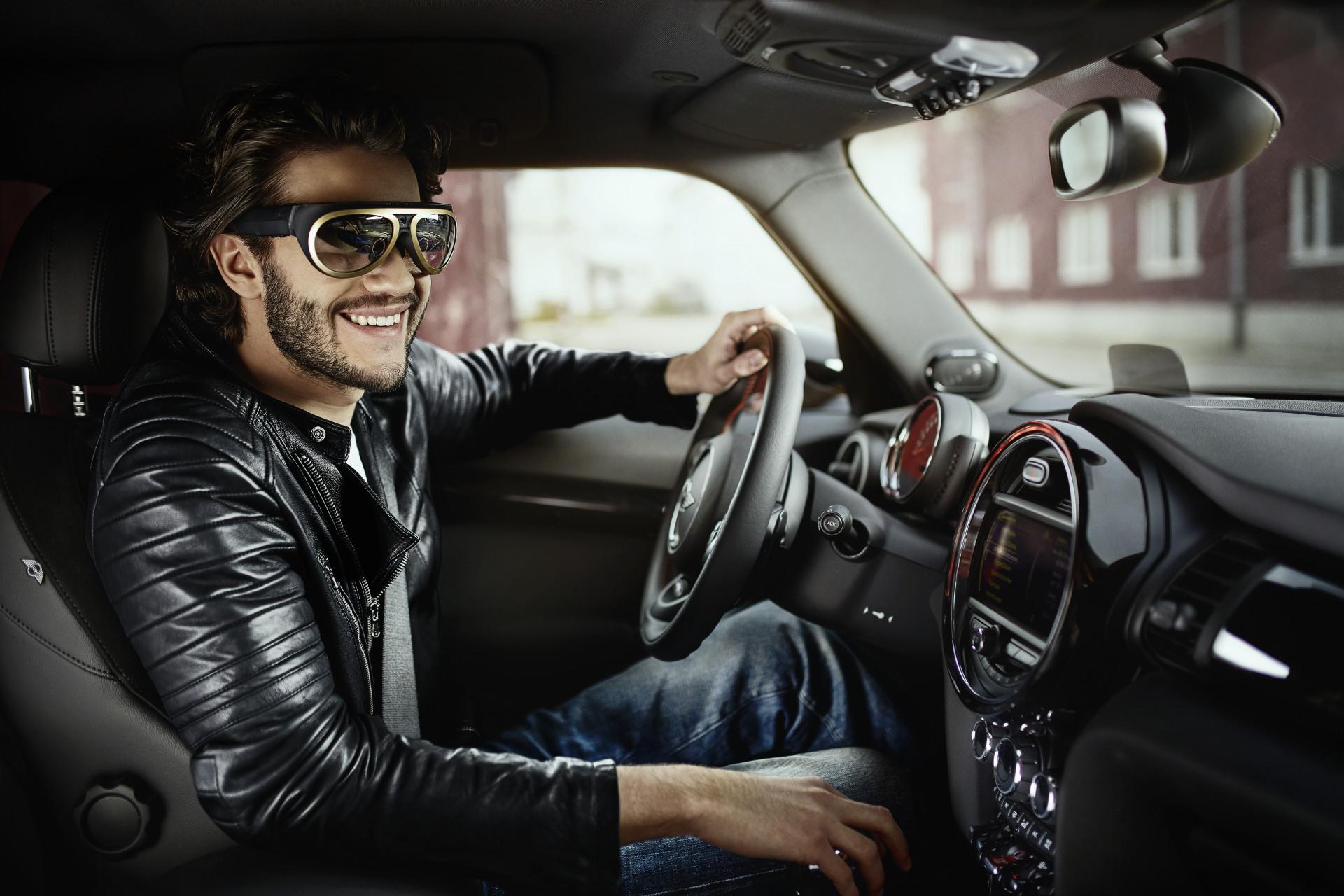 Mini mit Augmented Reality: Vintage-Designerbrille lässt durch Autotüren schauen