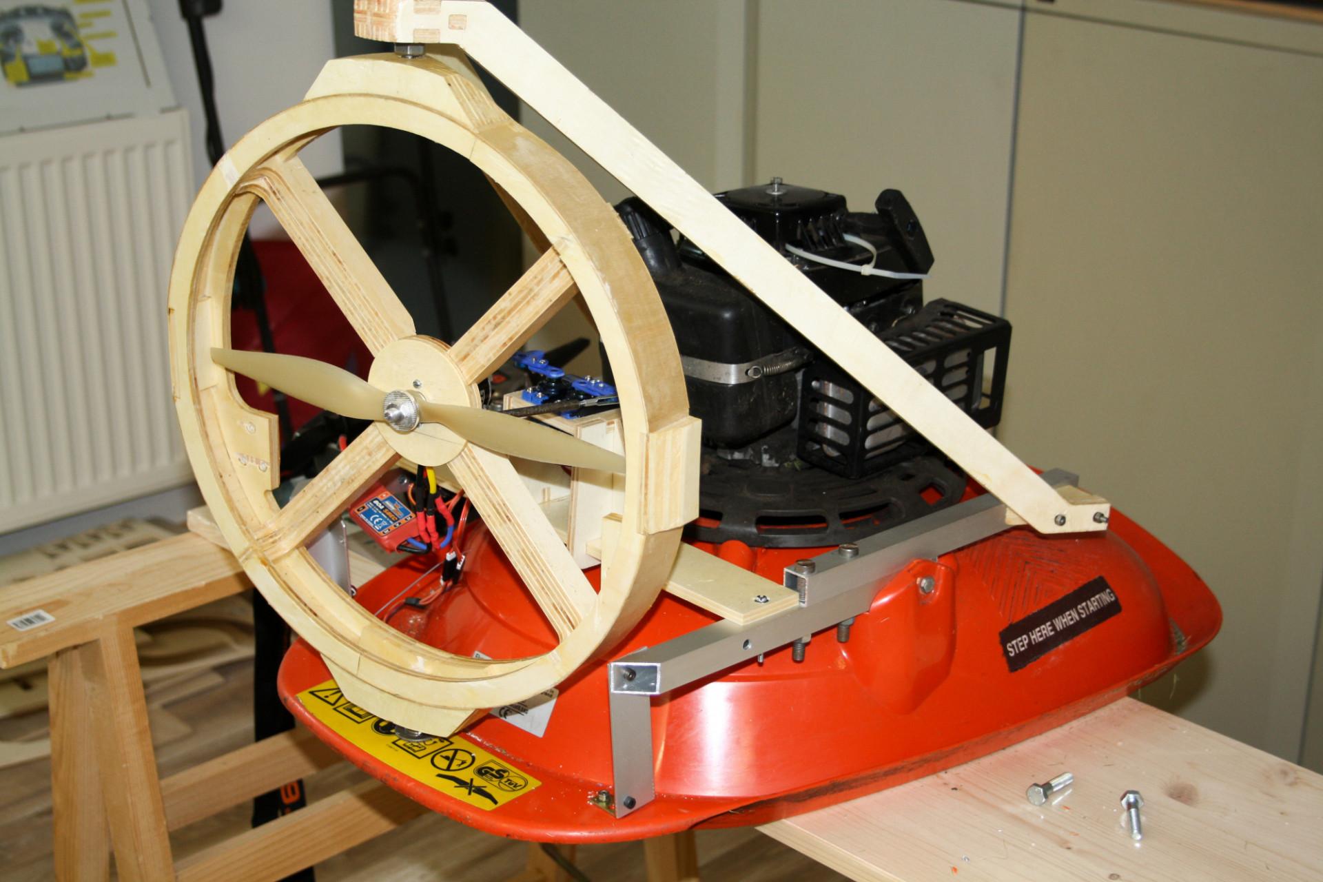 flymo umbau ferngesteuert rasenm hen mit propellerantrieb. Black Bedroom Furniture Sets. Home Design Ideas