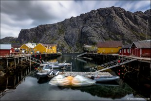 Moving Boats Nusfjord Lofoten von Stefan Bock
