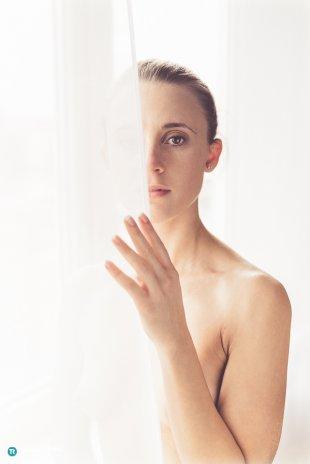 Woman behind the curtain von Thomas Ruppel