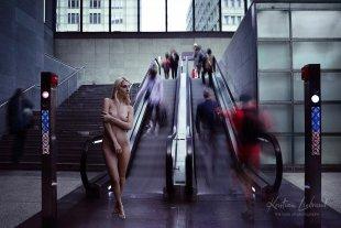 nude in public - Rolltreppe von Kristian Liebrand