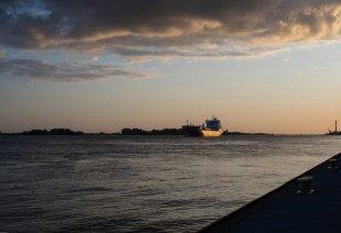Ein Schiff auf der Elbe von oxford21