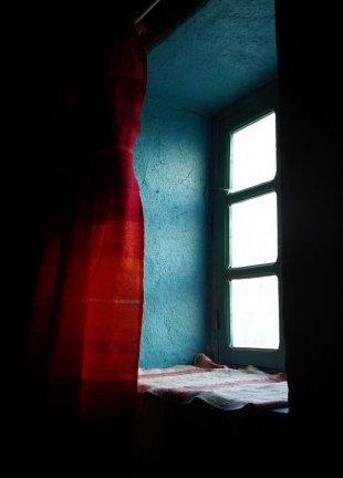 Fenster mit rotem Vorhang von Max Majorelle
