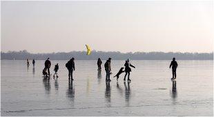 Auf dem Eis des Fahrländer Sees II von pewebe