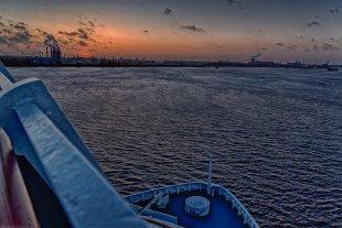 Fahrt auf der Elbe bei Hamburg von Jürgen Guhlke