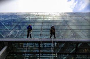 Glasreiniger - eine Sisyphusarbeit... (GI - Glas) von claus-labenz