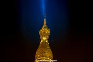 Shwedagon Pagode im Lichtkegel von Joachim Kopatzki