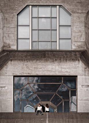 Paar Vor Glas Und Beton von ispin