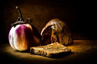 Die zufriedene Aubergine mit Brot von Bernd Unger