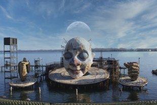 Mond über der Maske von Harry Dona