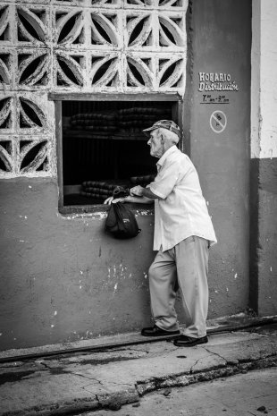 Mann wartet an der Bäckerei in Viñales von urbanphotographer.de