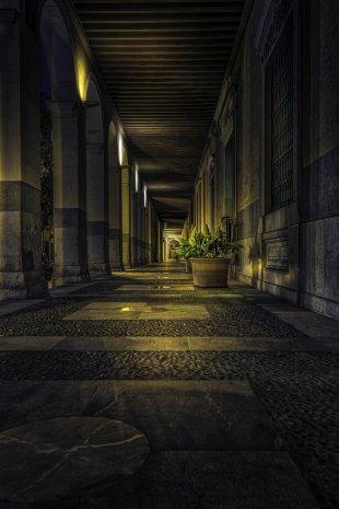 Säulengang am Parlament von Michele Kerstholt