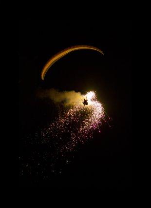 Firefly - Paraglider mit Feuerwerk bei Nacht von maussib