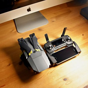Apple and DJI 3 von simonwaldherr