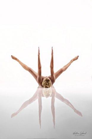 straight! (Aktfotografie im Fotostudio - Yoga Pose) von Kristian Liebrand