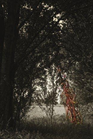 Skulptur am Waldesrand bei Monheim am Rhein von VoodooTom