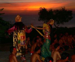 Kecak Tanz beim Sonnenuntergang von RüdigerLinse