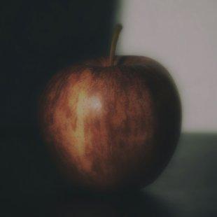 Apfel auf einem Tisch von metapix