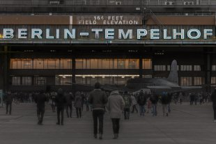 """Historische Leuchtbuchstaben """"Berlin-Tempelhof"""" von c_v_e_n"""