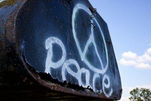 Panzer mit Peace Graffiti von Himme