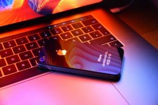Reflections on iPhones 6 von simonwaldherr