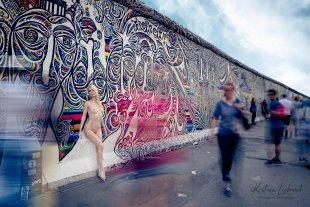 urban nude // nude in public - East Side Gallery Berlin von Kristian Liebrand