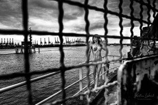 Nude in Public - Hafen Hamburg (Aktshooting Hamburg für mutspenden.de) von Kristian Liebrand