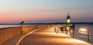 Leuchtturm bei Sonnenaufgang von DirkV71