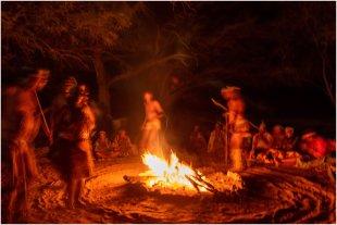 Tanz am Lagerfeuer. von dietele
