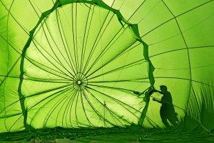 Knallgrüner Heißluftballon im Gegenlicht von maussib