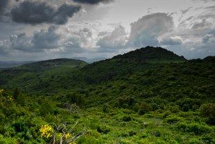 Das Wetter kommt und geht, dem Hügel ist's egal... von Bernd Unger