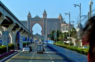 Schnellstrasse vor dem Hotel Atlantis von RüdigerLinse