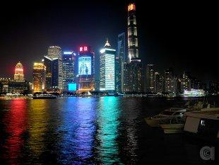 Illuminated Shanghai skyline at night von spicemaker