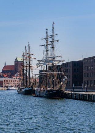 Die Brig Roald Amundsen im Hafen von Wismar von P-B