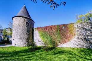 Historische Stadtmauern in Bunt von DefConData