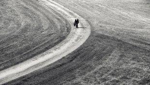 Ein alter Mann  geht seinen Weg (2) von topolanski