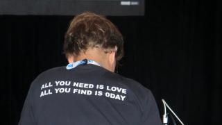 """T-Shirt mit Aufschrift """"All you need is love, all you find is 0day"""""""