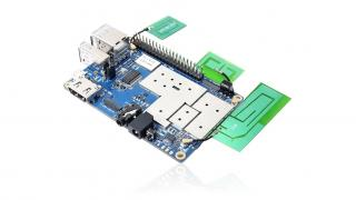 Orange Pi 4G IoT: Blauer Einplatinenrechner mit drei angeschlossenen grünen Antennenplatinen