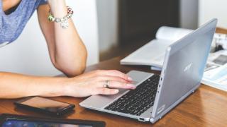Digital Gender Gap: Frauen kriegen deutlich weniger Diensthandys als Männer