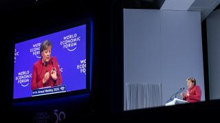 Merkel in Davos: Entwarnung bei 5G, Sorge über Filterblasen