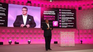 Telekom-Manager Dirk Backofen stellt die neuen Produkte vor