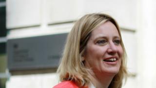Britische Innenministerin will Zugriff auf WhatsApp & Co.