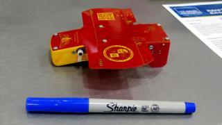 Rote Drohne, davor Filzstift zum Größenvergleich
