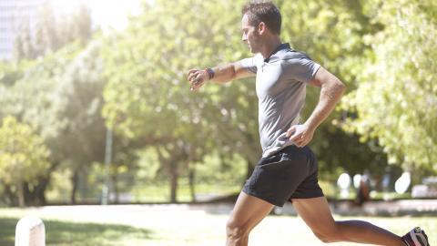 Läufer mit Sportuhr