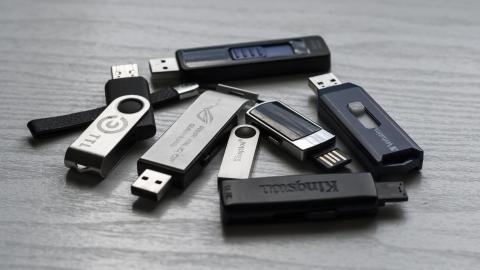 Viele Logos für universelle USB-Buchsen