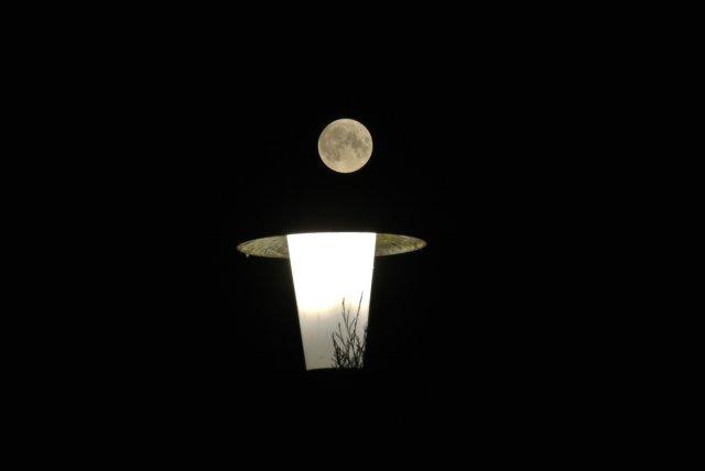Mond über Laterne von DerTherapeut