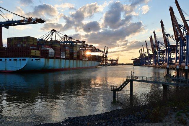 Warenumschlag im Hamburger Hafen von peterSH